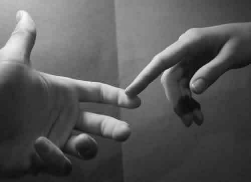 Due persone si toccano col dito
