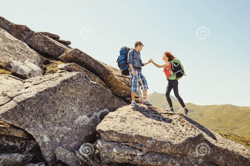 giovani-coppie-che-scalano-nelle-montagne-57546927